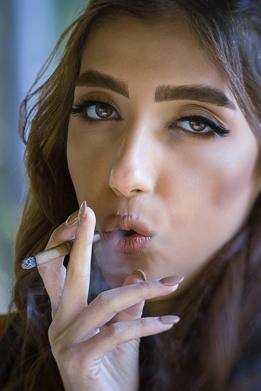 دختر جذاب سیگار به دست
